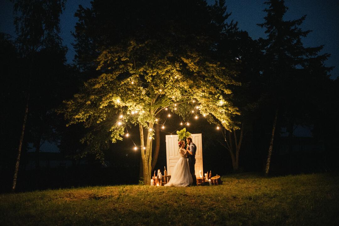вечерняя фотозона для свадьбы в стиле рустик или эко