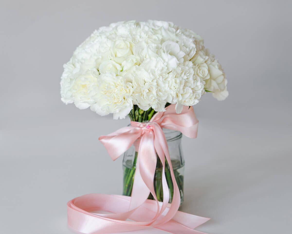 белый свадебный букет из эустомы, гвоздики и розы Акито