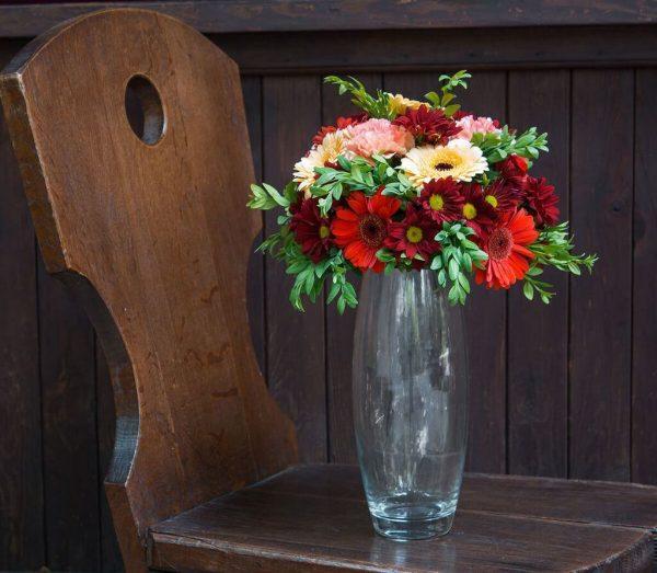 цветочная композиция на стол из гербер, хризантем, гвоздики