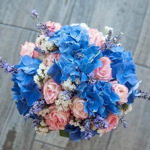 """Букет невесты сверху из голубой гортензии, розовых голландских роз, свежей лаванды, статицы. """"Pion Bouton"""" - Киев."""