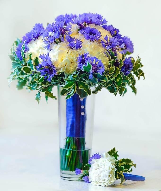 бело-синий букет невесты из гвоздик и васильков