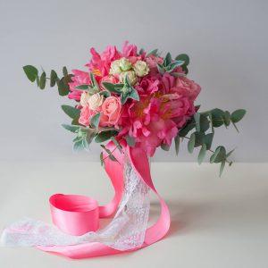 """Коралловый букет невесты из крупных коралловых пионов, розы и эвкалипта. """"Pion Bouton"""" - Киев."""