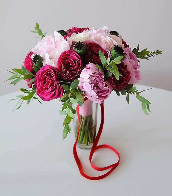 Букет невесты из пионов, пионовидных роз и эвкалипта