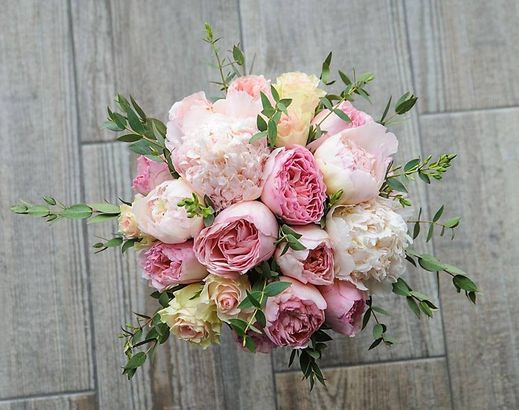нежно-розовый букет невесты из пионов, роз и эвкалипта