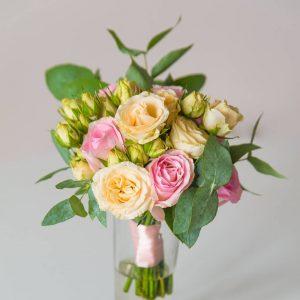 """Букет подружки невесты из розовых роз, персиковых кустовых роз и эвкалипта. """"Pion Bouton"""" - Киев."""