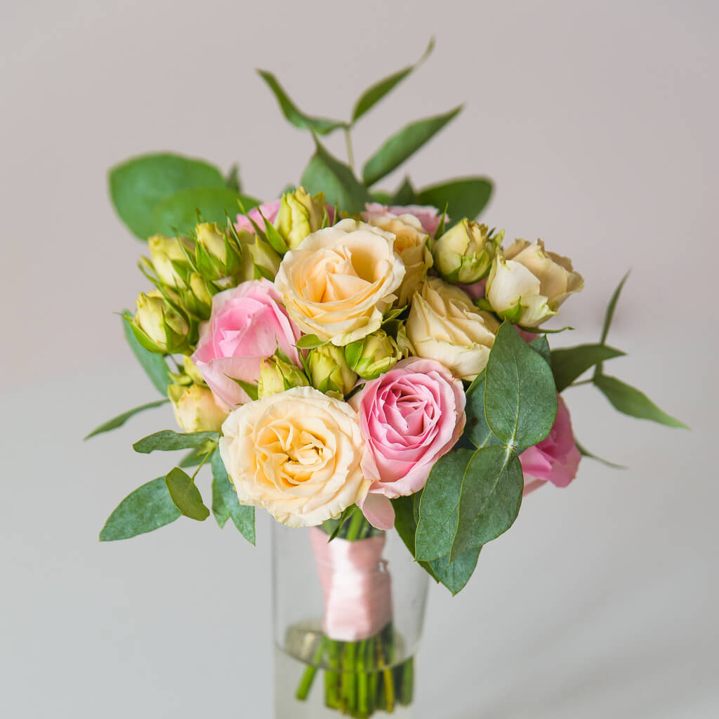 Букет подружки невесты из розовых роз, персиковых кустовых роз и эвкалипта