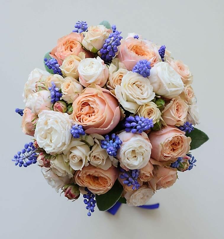 букет невесты из роз Lady Bombastik и мускари