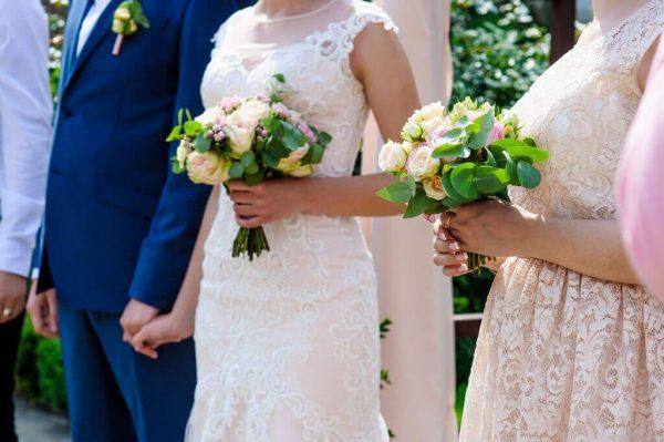 """Букет невесты из персиковых пионовидных роз, бовардии и зелени в руках невесты. """"Pion Bouton"""" - Вышгород."""