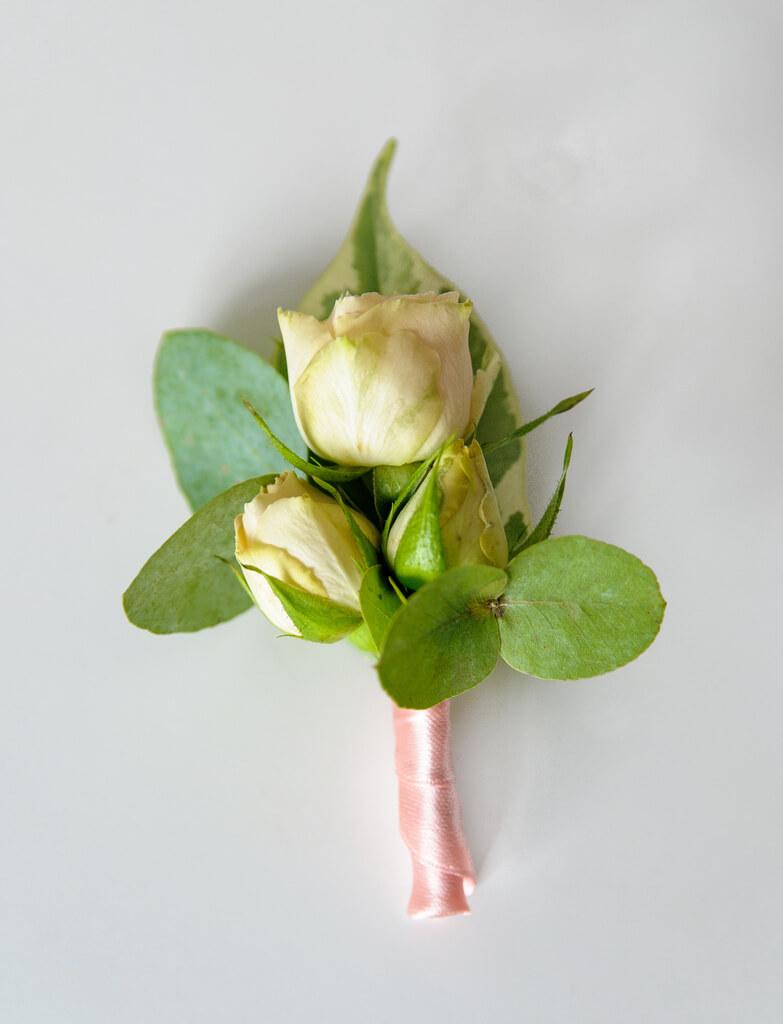 Бутоньерка жениха из бутонов живой кустовой розы и зелени