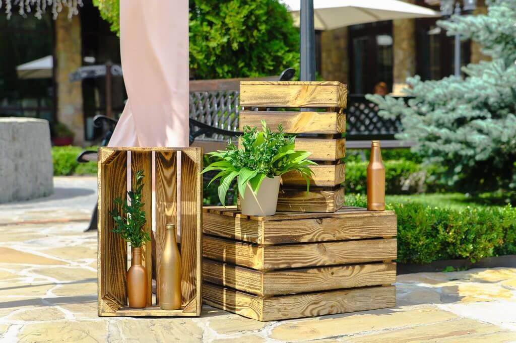 деревянные декоративные ящики у подножья арки