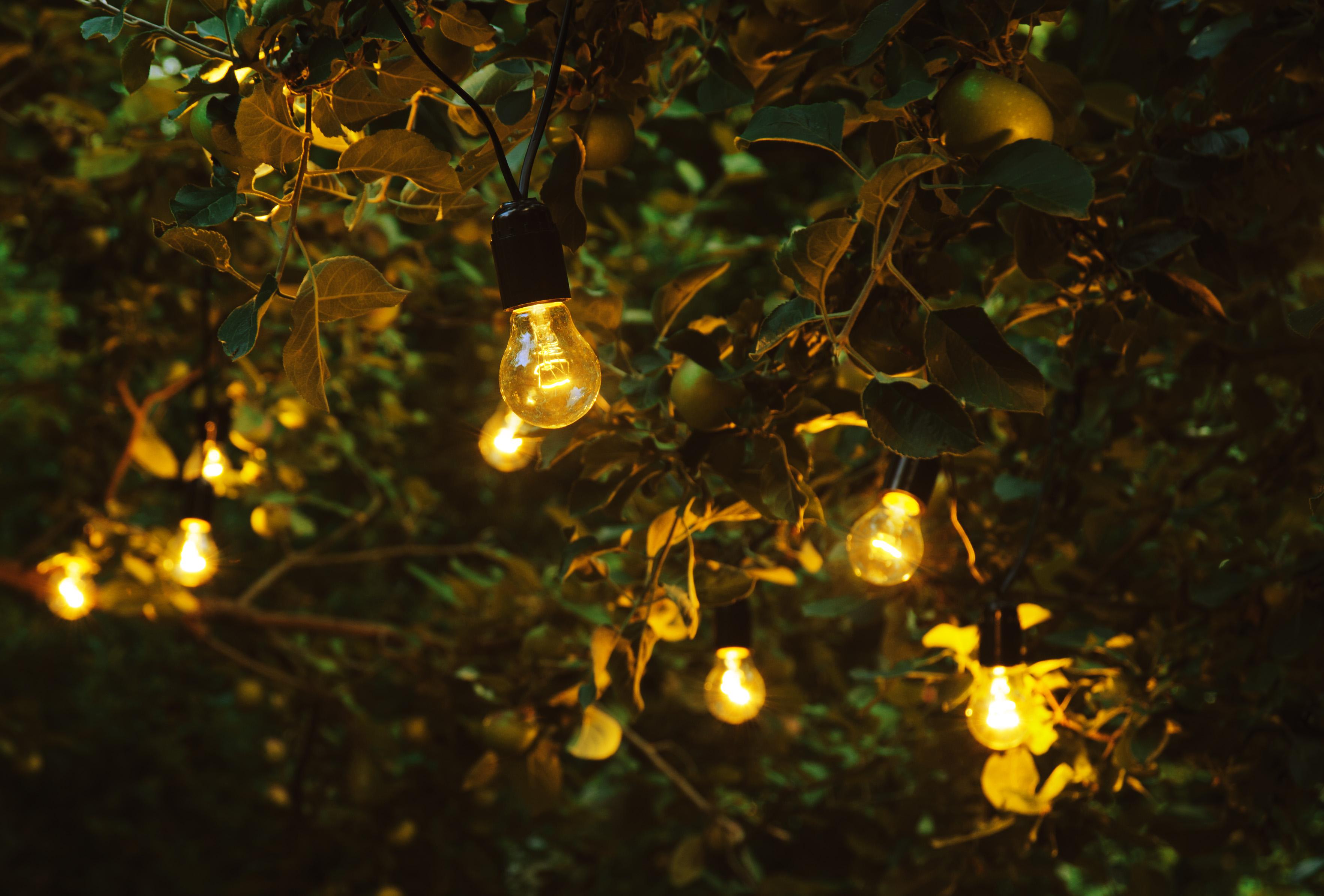 горит ретро гирлянда из лампочек накаливания