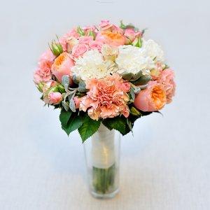 """Букет невесты из пионовидных роз """"Вувузела"""", кустовых роз, молочных и розовых гвоздик и стахиса."""