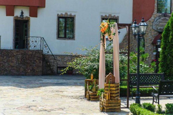 двор ресторана и арка для церемоний