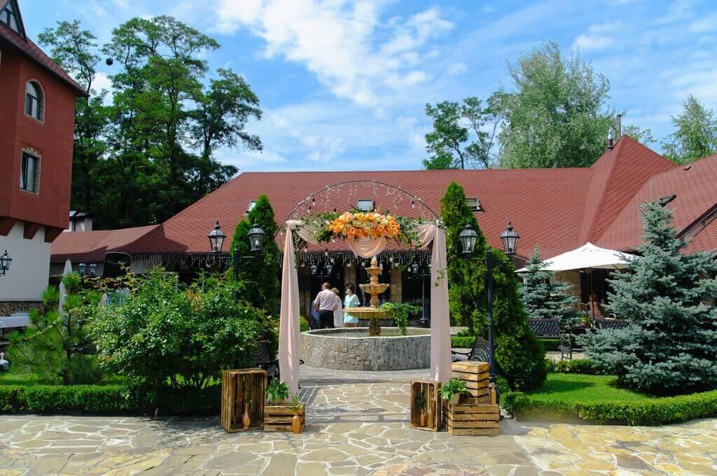 Двор ресторана с аркой для церемонии
