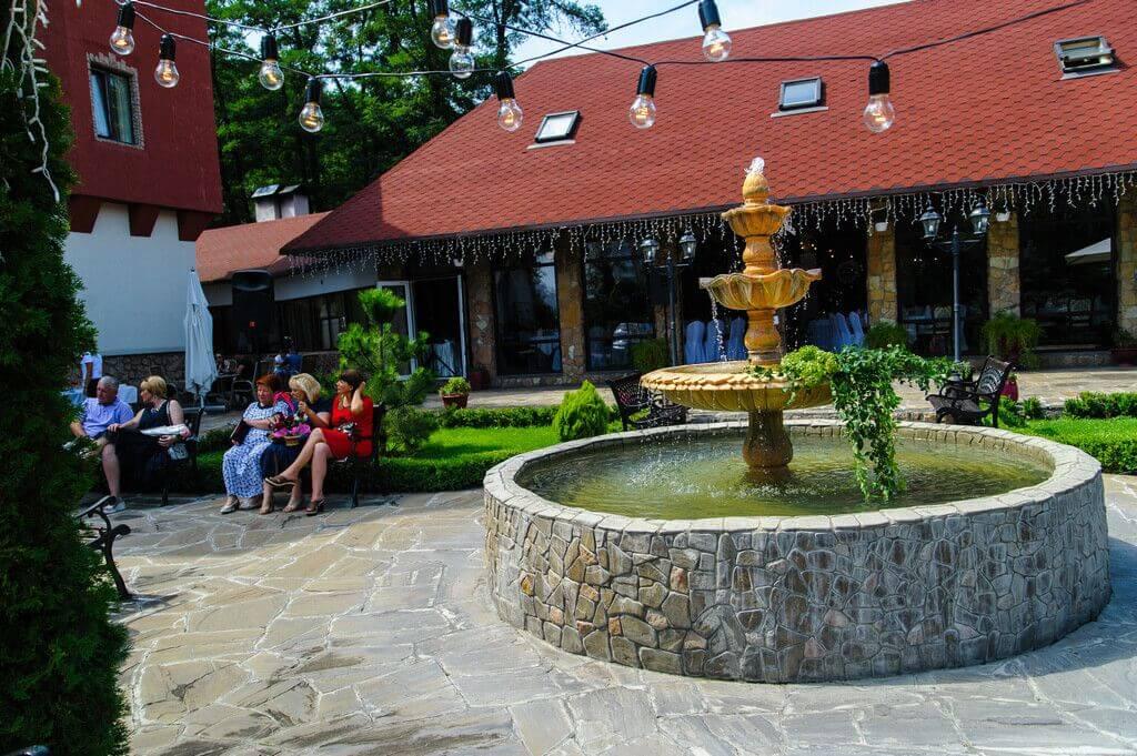 Фонтан во дворе ресторанного комплекса Вышеград