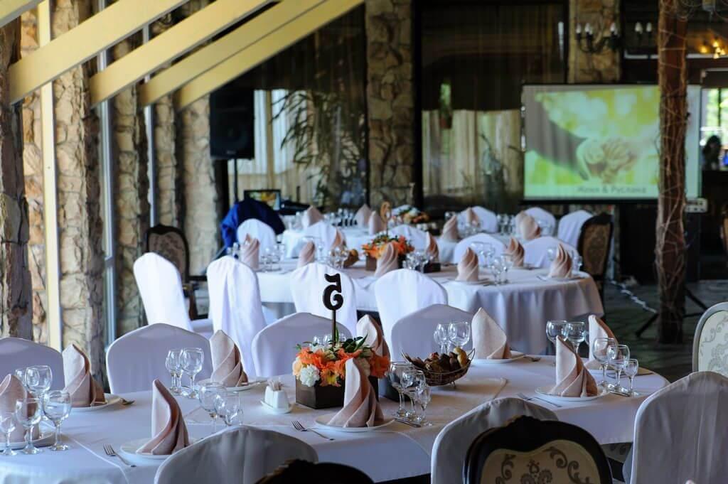 Гостевые столы с цветочными композициями
