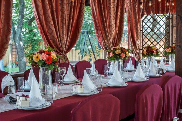"""Стол для гостей на свадьбе с бордовой скатертью. Оформление в стиле """"бохо"""""""