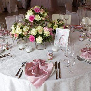 стол для гостей с цветочной композицией