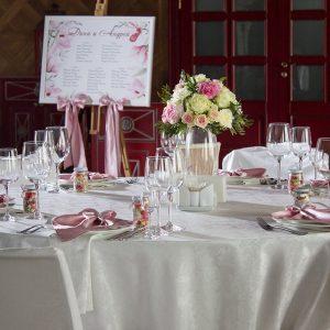 """Стол для гостей с цветочной композицией на пудровой свадьбе. """"Pion Bouton"""" - Киев."""
