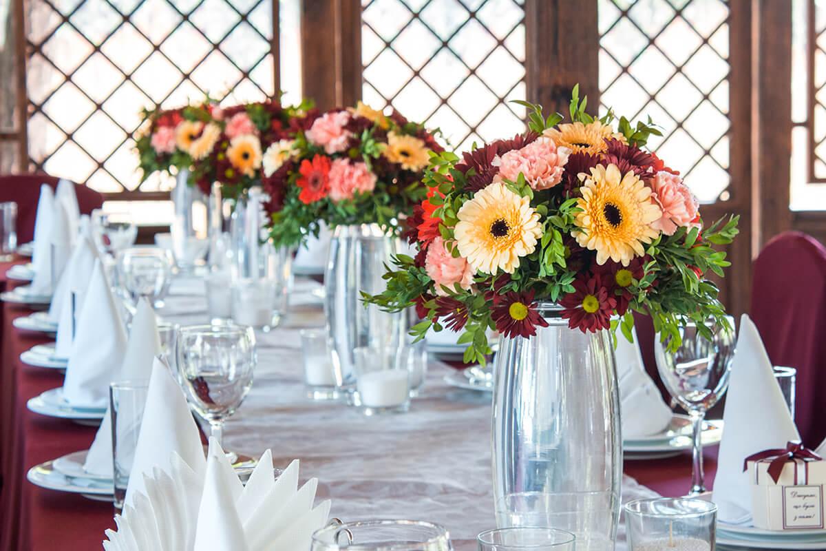 украшения гостевых столов живыми цветами