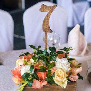 Цветочная композиция в ящичке с номерком стола №7