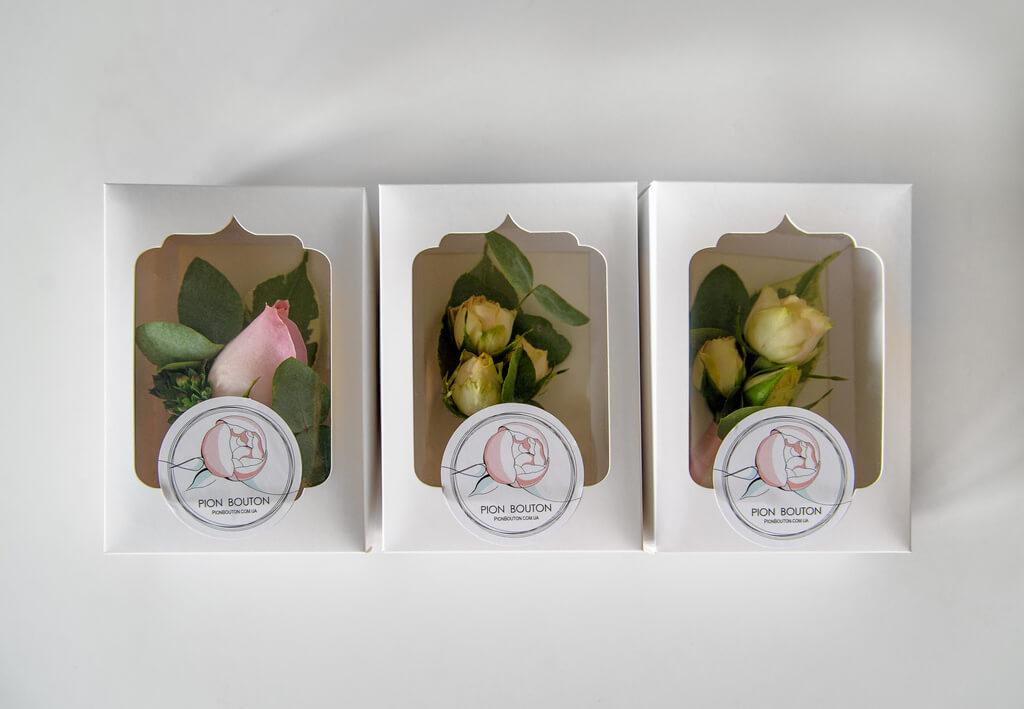 Бутоньерки из живых цветов для жениха и свидетелей