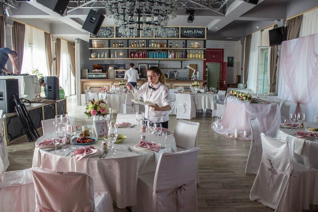 зал ресторана Днепровская Ривьера