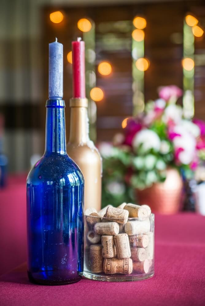 бутылки в качестве подсвечников на свадьбе в винном стиле