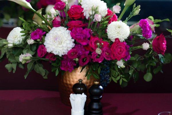цветочная композиция с виноградом в бронзовой вазе