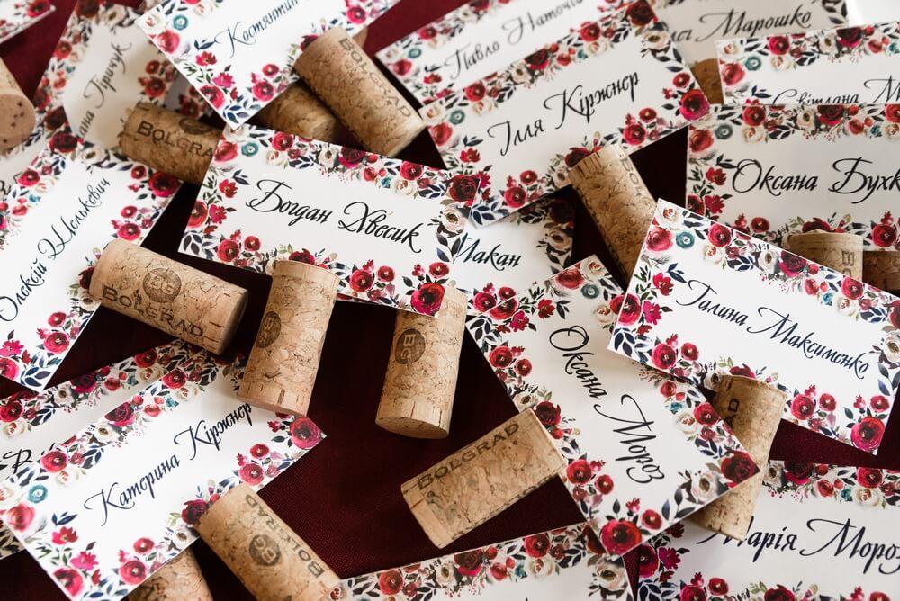 карточки рассадки гостей из винных пробок