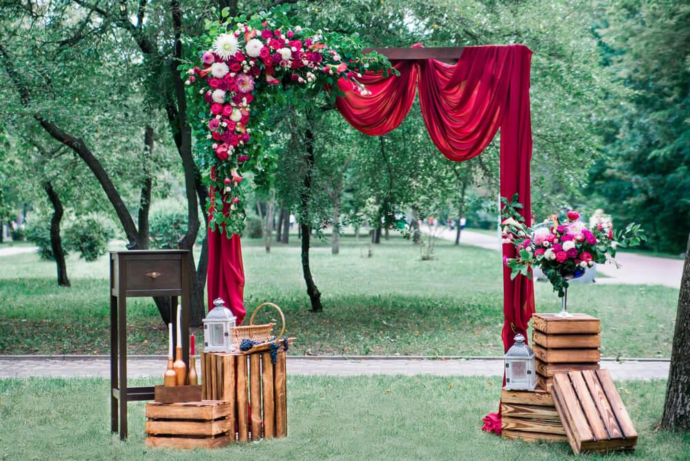 арка для празднования свадьбы в винном стиле
