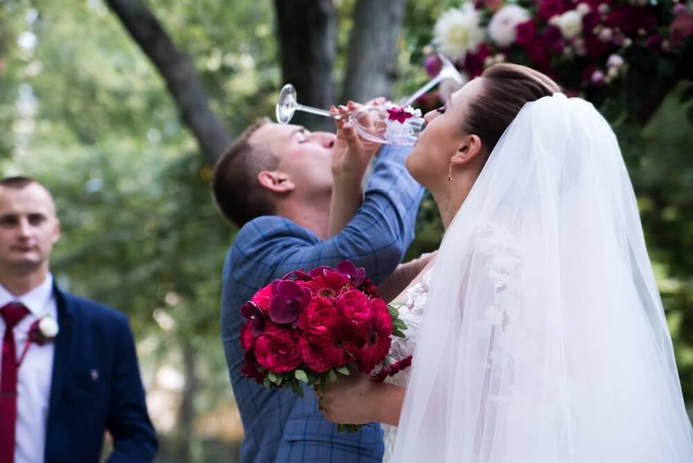 бордовый букет невесты для винной свадьбы