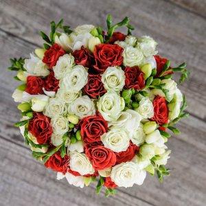 красто-белый букет из роз и фрезии сверху