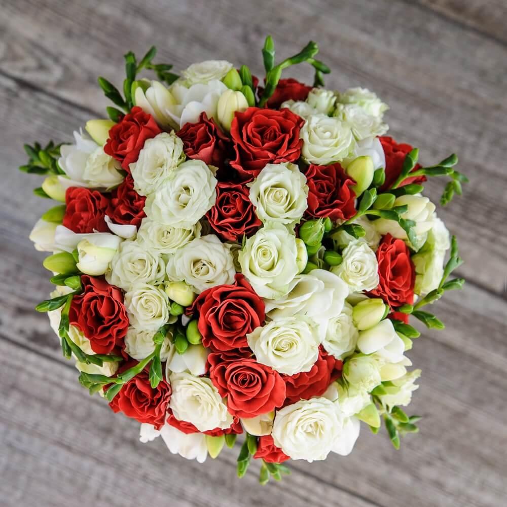 Букет свадебный яркий из красных роз и фрезий, доставкой