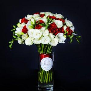красто-белый букет из роз и фрезии