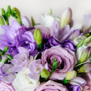 """Cиреневый букет невесты из роз, сиреневой и фиолетовой фрезии и эустомы крупным планом. """"Pion Bouton"""" - Киев."""
