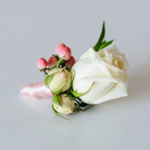 """Буктоньрка из белой розы и розового гиперикума. """"Pion Bouton"""", Киев."""