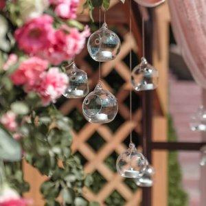 стеклянные подвесные подсвечники на арке