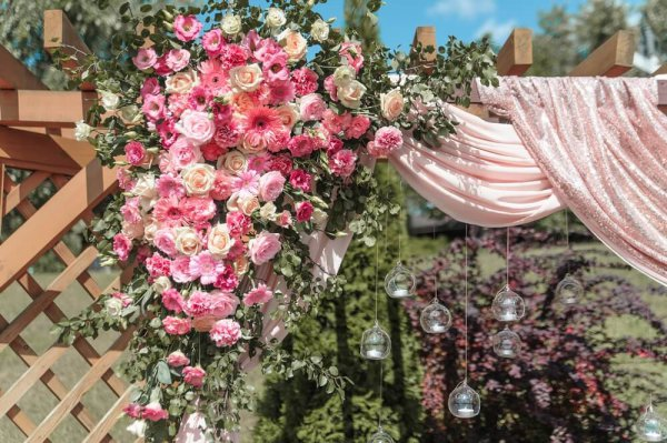 "Арка для свадебной церемонии на терассе ресторана «Старе місто». ""Pion Bouton"", Киев."