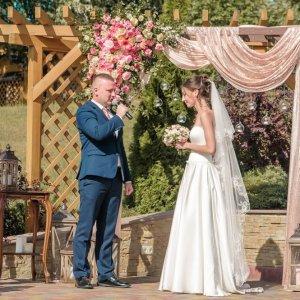 Жених и невеста во время свадебной церемонии.