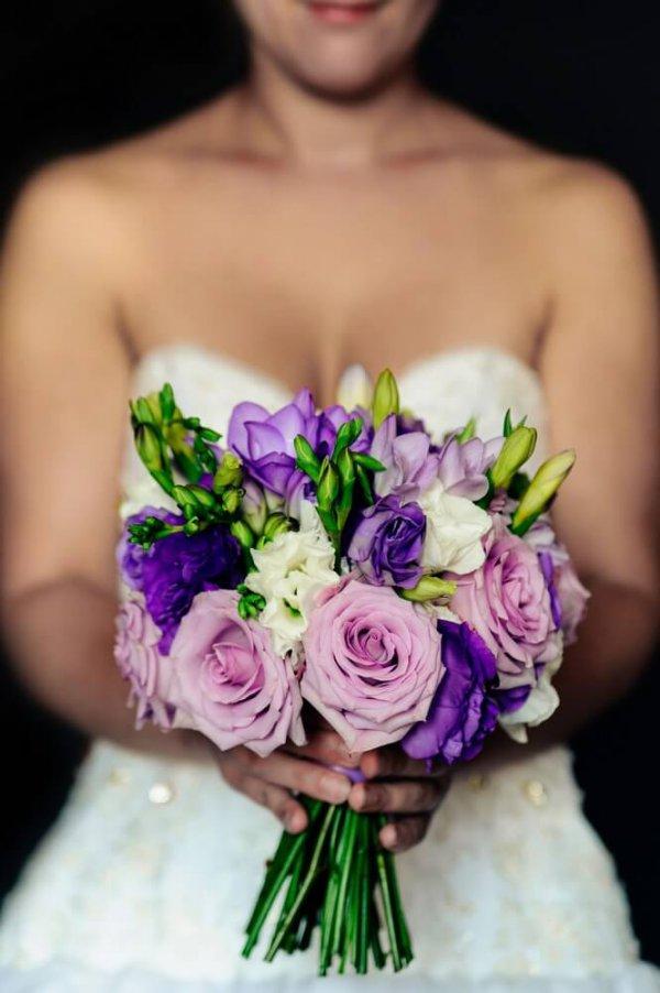 сиреневый букет в руках невесты