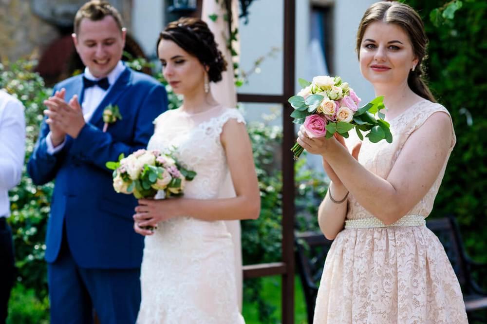 Подружка невесты со своим букетиком