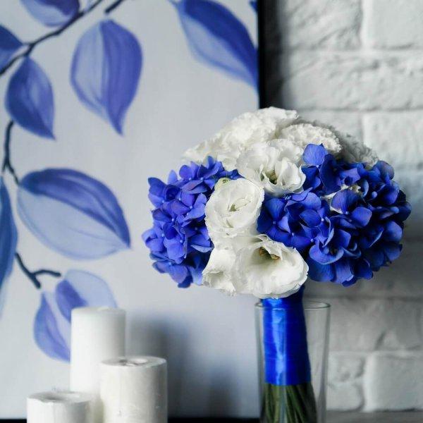 сине-белый букет невесты из гортензии и эустомы