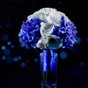 """Сине-белый букет невесты из гортензии и эустомы в синих брызгах. """"Pion Bouton"""" - Киев."""