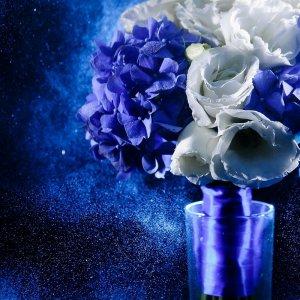 """Сине-белый букет невесты из гортензии и эустомы крупным планом. """"Pion Bouton"""" - Киев."""