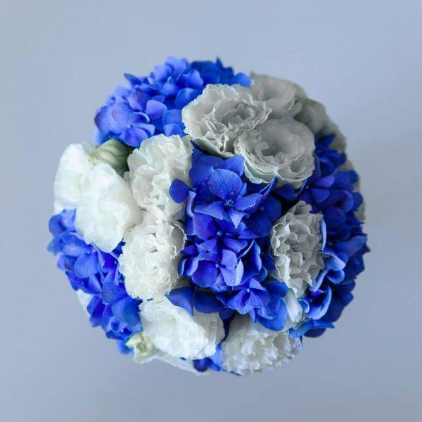 сине-белый букет невесты из гортензии и эустомы сверху