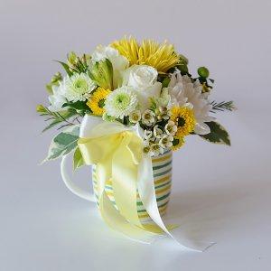 """Бело-желтый подарочный букет в полосатой чашке. """"Pion Bouton"""" - Киев"""