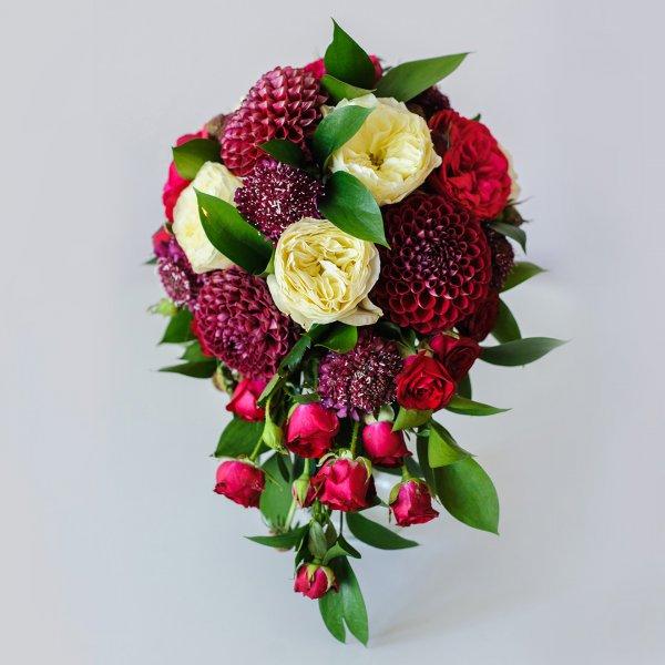 бордовый каскадный букет невесты