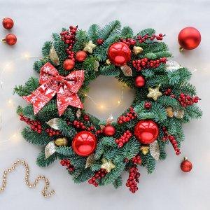 Рождественскй венок с гирляндой и красными шариками.