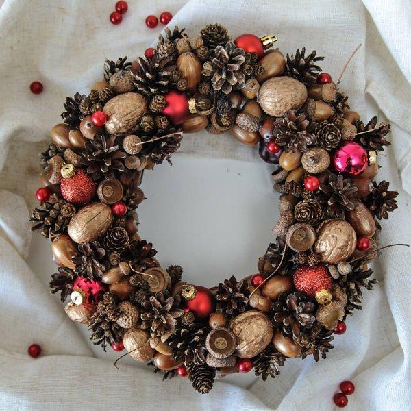 Рождественский венок из шишек ели, пихты, лиственницы, ольхи и секвойи, орехов и желудей.